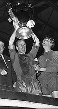 Bobby Charlton levantó la Orejona para el United en Wembley