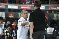 Mourinho y Tito Vilanova se dan la mano en el primer partido oficial de la temporada 2012-13
